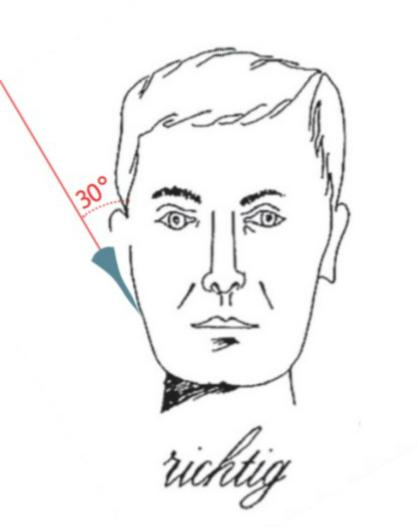 Das Rasiermesser wird im 30 Grad Winkel zur Hautoberfläche im Gesicht angesetzt