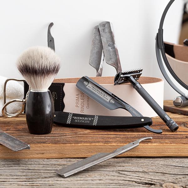 Rasierhobel, Rasiermesser, Rasierpinsel und Abziehriemen sind essentielles Rasierzubehör für die Nassrasur